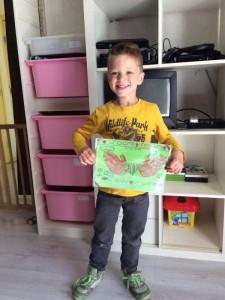 Een trotse kind met zijn moederdag cadeau